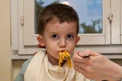 Kind die noedels eten Stock Fotografie