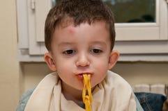 Kind die noedels eten Stock Afbeelding