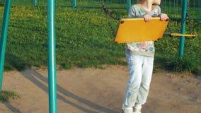 Kind die op een Dia in Park, Meisje het Spelen bij Speelplaats, Kinderen glijden stock videobeelden