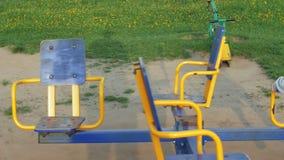 Kind die op een Dia in Park, Meisje het Spelen bij Speelplaats, Kinderen glijden stock footage