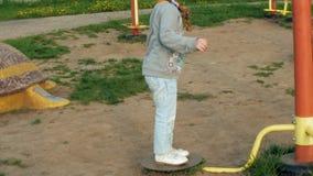 Kind die op een Dia in Park, Meisje het Spelen bij Speelplaats, Kinderen glijden stock video