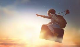 Kind die op een koffer vliegen stock fotografie