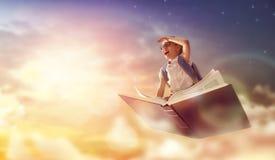 Kind die op het boek vliegen Royalty-vrije Stock Foto's