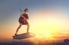 Kind die op het boek vliegen Royalty-vrije Stock Afbeelding