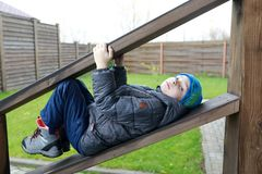 Kind die op houten traliewerk liggen royalty-vrije stock fotografie