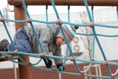 Kind die op kabel beklimmen royalty-vrije stock fotografie