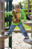 Kind die op speelplaatsmateriaal beklimmen Stock Fotografie
