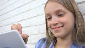 Kind die op Tablet, Meisje bestuderen die voor Schoolklasse schrijven, die Doend Thuiswerk leren royalty-vrije stock fotografie