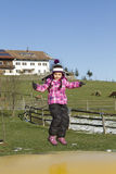 Kind die op trampoline springen Stock Fotografie