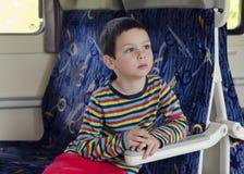 Kind die op trein reizen stock foto's
