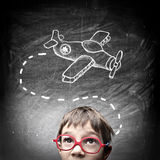 Kind die over zijn nieuw stuk speelgoed denken royalty-vrije illustratie