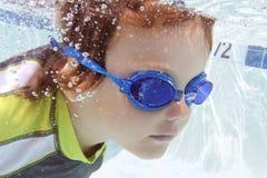 Kind die in Pool zwemmen Onderwater Stock Foto
