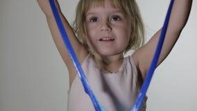 Kind die pret hebben die slijm maken Jong geitje het spelen met hand - gemaakt stuk speelgoed slijm stock videobeelden
