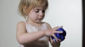 Kind die pret hebben die slijm maken Jong geitje het spelen met hand - gemaakt stuk speelgoed slijm stock footage