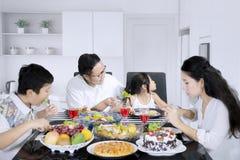 Kind die salade in de keuken weigeren te eten Stock Foto