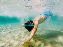 Kind die snorkeler de bodem bereiken royalty-vrije stock afbeeldingen