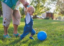 Kind die spel in voetbal of voetbal proberen Royalty-vrije Stock Afbeeldingen