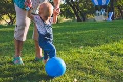 Kind die spel in voetbal of voetbal proberen Stock Foto's