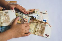 Kind die stapel van verschillende waarde euro bankbiljetten verzamelen stock afbeeldingen