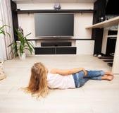Kind die televisie bekijken royalty-vrije stock afbeelding