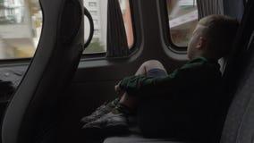 Kind die uit het venster tijdens autoreis kijken stock footage