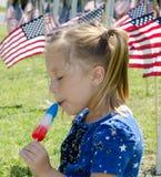Kind die van rode wit genieten en blauw Royalty-vrije Stock Foto's