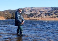Kind die - vlieg die in een grote rivier vissen vissen Stock Foto