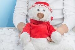 Kind die zachte stuk speelgoed Kerstmis teddybear houden royalty-vrije stock afbeeldingen