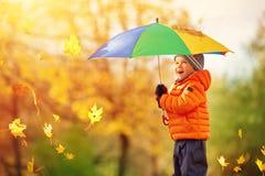 Kind die zich met paraplu in mooie herfstdag bevinden Stock Afbeeldingen