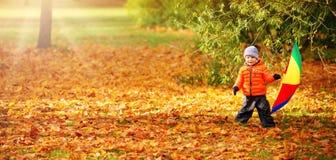 Kind die zich met paraplu in mooie herfstdag bevinden Stock Foto's