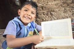 Kind die in zijn huis bestuderen Stock Foto's