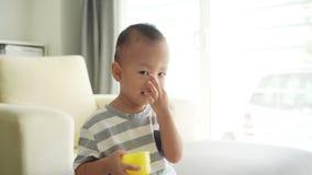 Kind die zijn neus en mond richten stock videobeelden