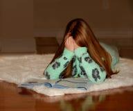 Kind door haar thuiswerk wordt overweldigd dat Royalty-vrije Stock Afbeeldingen