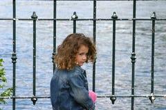 Kind door het meer royalty-vrije stock afbeelding