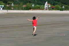 Kind door het overzees stock afbeelding