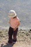 Kind door water Stock Afbeeldingen