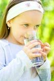 Kind drinkwater Royalty-vrije Stock Afbeeldingen