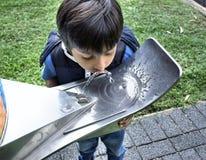 Kind drinkwater van openbare kraan Stock Afbeelding