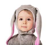 Kind in een kostuum van een haas Stock Foto's
