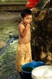 Kind in een krottenwijk van Yangon Stock Fotografie