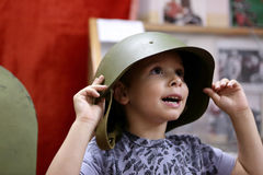 Kind in een militaire helm Stock Afbeelding