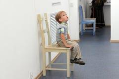 Kind in een museum stock fotografie