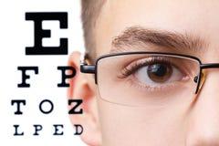 Kind een oftalmoloog Portret van een jongen met glazen stock afbeeldingen