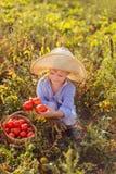 Kind in een tuin Stock Afbeelding
