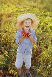 Kind in een tuin Royalty-vrije Stock Afbeeldingen