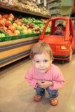Kind in een winkel Stock Afbeeldingen