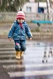 Kind in een zebrapad. Royalty-vrije Stock Foto's