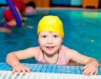 Kind in een zwembad Royalty-vrije Stock Foto's