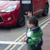 Kind ein Fußgängerübergang Stockfoto