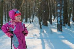 Kind ein Weg im Wald im Winterschneekind lizenzfreie stockfotografie